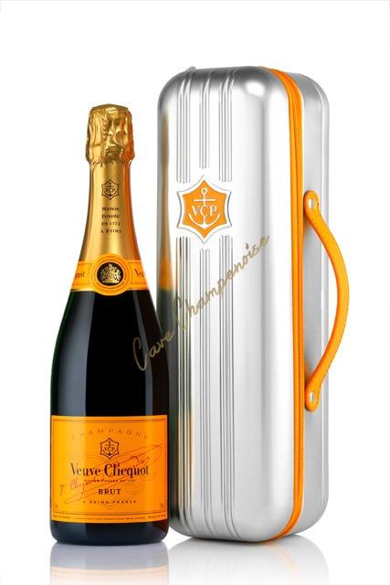 champagne veuve clicquot carte jaune coffret suitcase. Black Bedroom Furniture Sets. Home Design Ideas